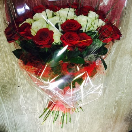 30 roses rouges et blanches