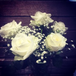 5 roses blanches